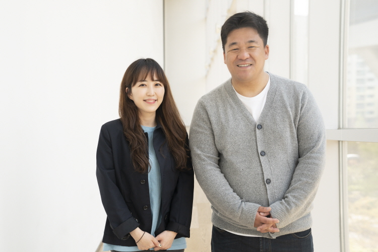 tvN '바퀴 달린 집 2' 강궁(우), 송명진(좌) PD가 두 손을 모으고 카메라를 향해 포즈를 취하고 있다.