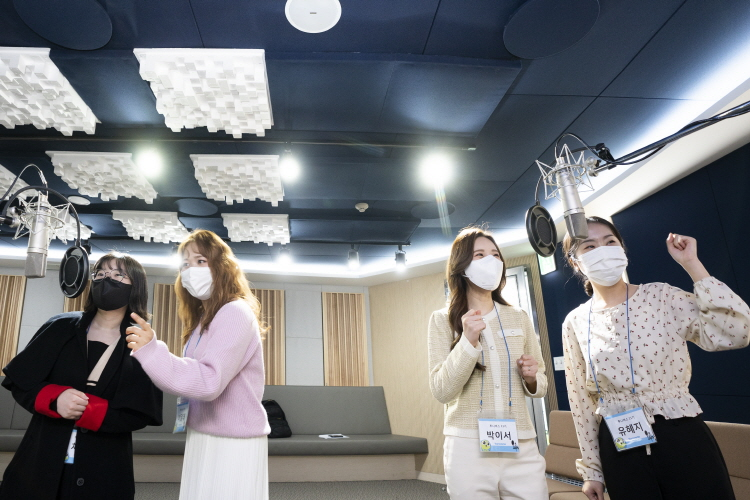 녹음실에서 활기찬 목소리 연기를 뽐내고 있는 11기 여성 성우들의 모습으로 (왼쪽부터) 채림, 이달래, 박이서, 유혜지 님이 마이크 앞에서 연기를 보여주고 있다.