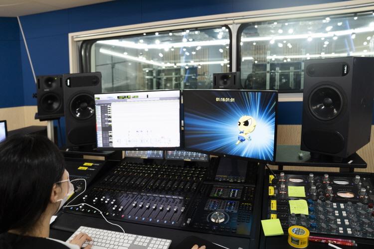 투니버스 녹음실 바로 옆에 위치한 곳으로 연기 중인 성우들의 목소리를 녹음하는 엔지니어가 앉아 있고, 그에 따른 녹음 기기들이 앞에 놓여져 있다. 더불어 모니터에는 신비아파트의 한 장면이 나오고 있다.