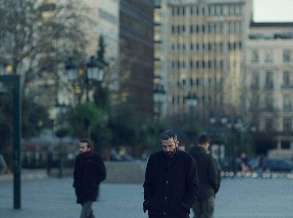 크리스토스 니코우 감독의 첫 장편 영화 '애플'의 한 장면으로 주인공 알리스가 추운 겨울 도심을 외롭게 걸어가고 있다.