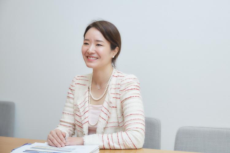 CJ제일제당 Sustainability팀 장민아 팀장이 회의실 테이블에 앉아 두손을 모은채 미소를 띄고 이야기를 나누고 있다.