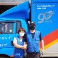 CJ대한통운 택배기사 정운철(45)씨와 아내 최은영(42)씨가 CJ대한통운 택배차량을 배경으로 카메라를 향해 포즈를 취하고 있다.