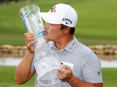 CJ대한통운 소속 프로골퍼 이경훈이 미국프로골프(PGA)투어 AT&T 바이런 넬슨에서 첫 PGA 투어 우승 트로피에 입맞춤하며 기뻐하고 있는 모습이다.