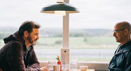 창가에 앉아 식사를 하는 샘과 커스터의 모습. 테이블에 컵과 접시, 음식이 놓여있고 샘과 커스터는 서로를 응시하고 있다.
