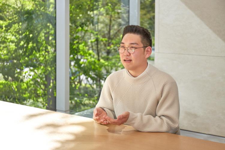 티빙 '신서유기 스페셜 스프링 캠프' 박현용 PD가 CJ ENM 상암 본사 내 카페 테이블에 앉아 인터뷰를 하고 있는 모습이다.