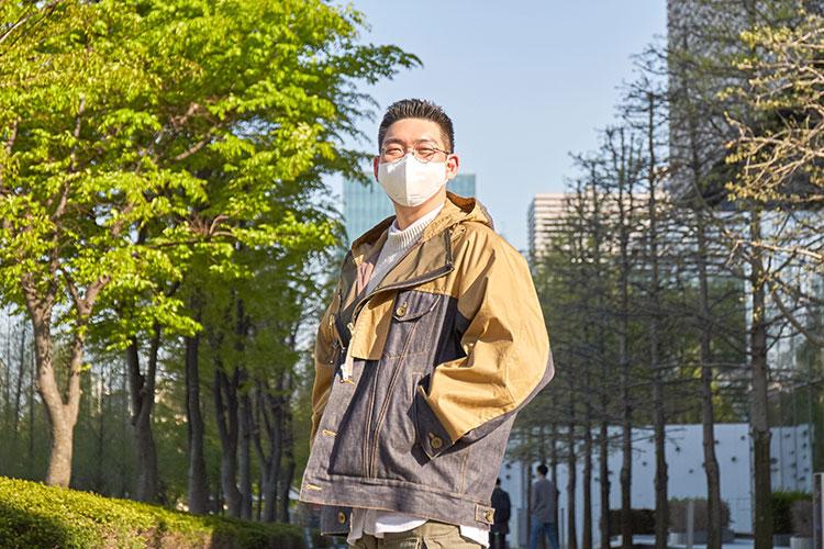티빙 '신서유기 스페셜 스프링 캠프' 박현용 PD가 상암동 공원에서 마스크를 쓰고 점퍼에 손을 넣은 채 카메라를 항해 포즈를 취하고 있다.