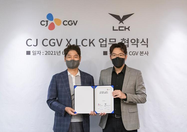 업무 협약을 맺고 기념 사진을 찍고 있는 (좌) CJ CGV 허민회 대표, (우) LCK 오상헌 대표