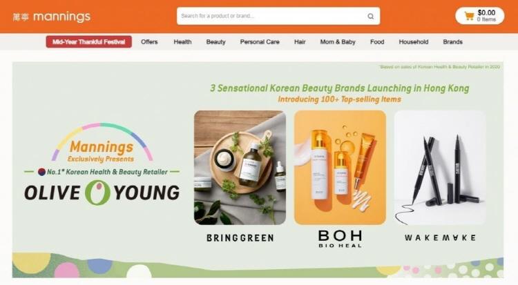 홍콩 매닝스 공식 온라인몰에 입점한 올리브영 모습으로, 왼쪽에는 올리브영 로고가, 오른쪽에는 'BRINGGREEN', 'BOH BIO HEAL', 'wakemake' 텍스트와 그에 따른 상품 이미지가 삽입되어 있다.