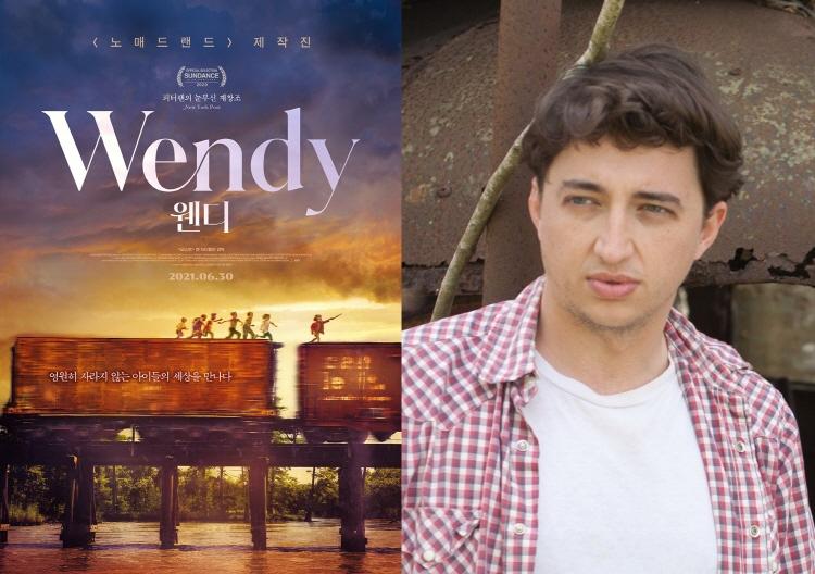 왼쪽에는 영화 '웬디'의 메인 포스터로 석양이 지는 배경으로 기차 화물칸 위를 달리는 아이들의 모습이 삽입되어 있다. 오른쪽에는 이 영화를 연출한 벤 제틀린 감독의 모습이 삽입되어 있다.