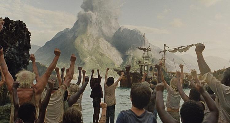 영화 '웬디'의 한 장면으로, 폭발하는 화산을 보며 환호하는 아이들과 어른들의 모습이 삽입되어 있다.