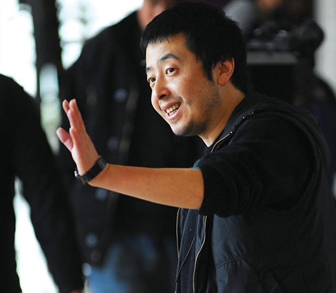 2008년작 '24시티'의 지아장커 감독이 검은색 옷을 입고 디렉션을 하는 모습이다.