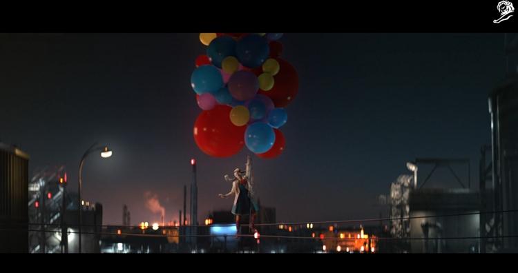 아우디에서 만든 '광대들'의 광고 한 장면으로 밤이 된 도시에서 색색의 풍선을 잡고 하늘로 올라가는 광대의 모습이 보인다.