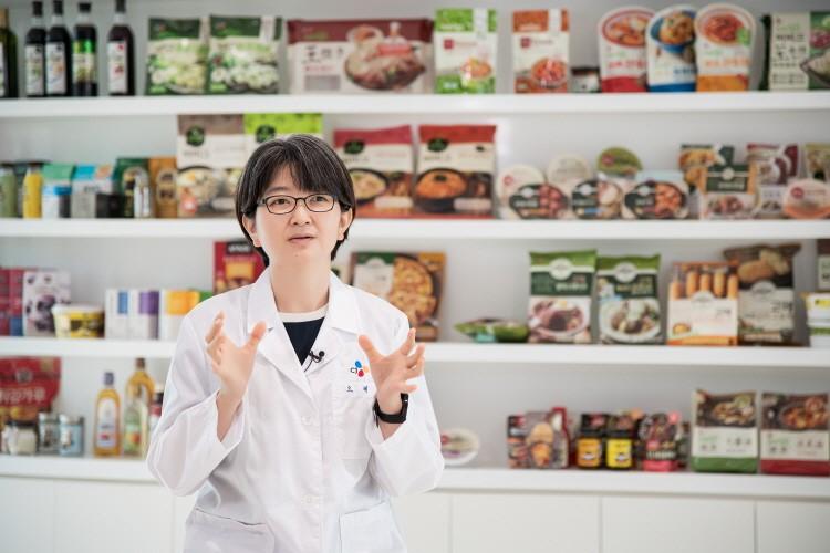수많은 비비고 제품들을 배경으로 진지하게 이야기를 이어가는 오예진 연구원의 모습이다.