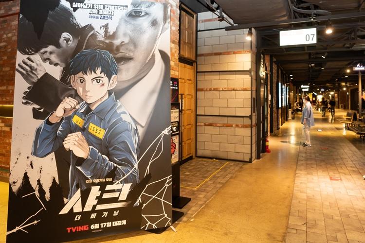 <샤크 : 더 비기닝>의 포스터가 놓은 서울 CGV 스페셜 상영회 극장 입구.