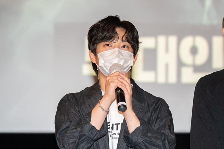 배우 김민석이 마이크를 잡고 관객들에게 이야기를 하고 있다.