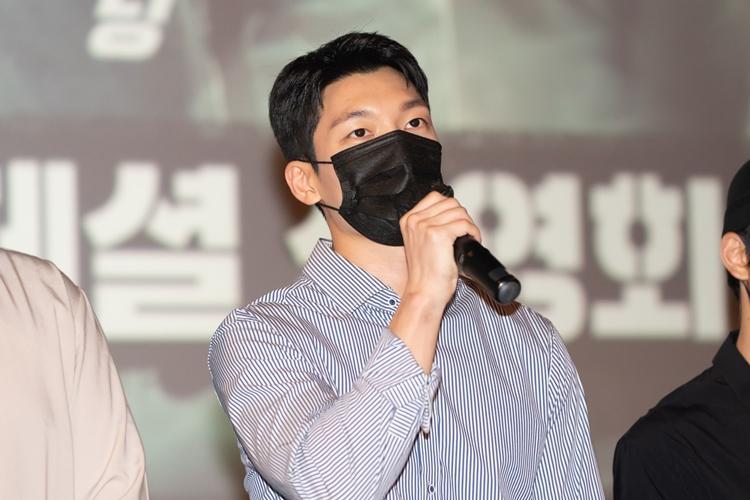 진지한 표정으로 마이크를 잡고 관객을 향해 이야기중인 배우 위하준의 모습