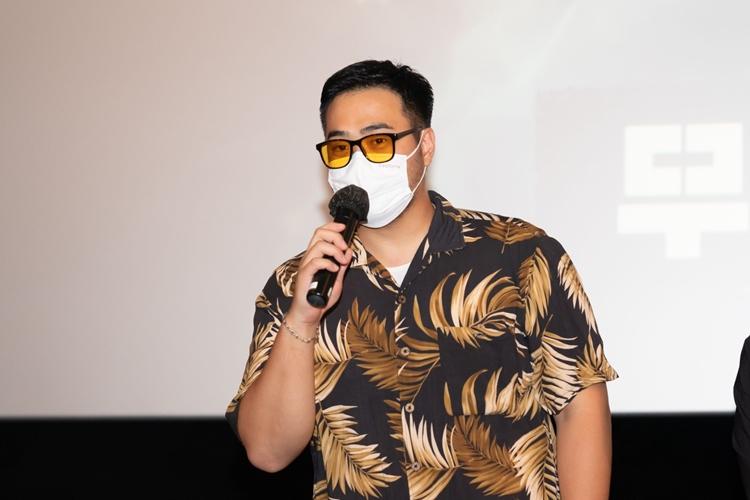 화려한 선글라스와 셔츠를 입고 관객을 향해 이야기 중인 배우 차엽