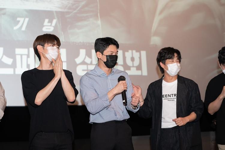 박수를 치는 정원창과 마이크를 든 위하준 웃으며 관객을 바라보는 김민석의 모습이 보인다.