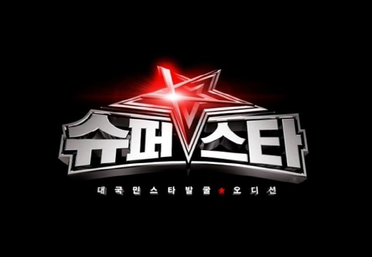 우리나라 오디션 프로그램의 장을 연 Mnet의 '슈퍼스타K' 포스터로 검은색 바탕색에 '슈퍼스타K 대국민 스타발굴 오디션'이란 텍스트가 삽입되어 있다.