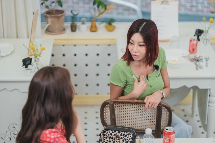 신박한 아이디어 식당 중 한 곳을 방문한 제시와 오나라는 앉아서 서로 이야기를 나누고 있다. 테이블 위에는 다 먹은 음식 접시와 나이프, 포크, 수저, 콜라, 물이 놓여져 있다.