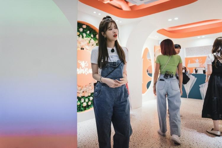 3D 맵핑 식당을 방문한 출연진들의 모습으로, 이미주는 새로운 식당을 꼼꼼히 관찰하고 있다.