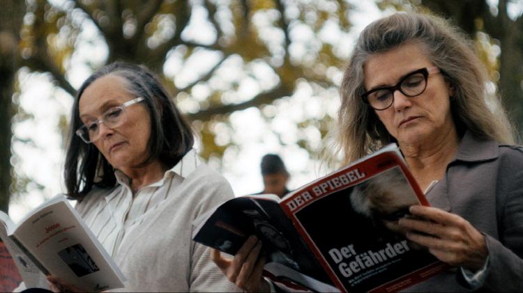 함께 공원 벤치에 앉은 마노(마틴 슈발리에)와 니나(바바라 수코바)가 안경을 쓴 채 서로 다른 책을 읽고 있다.