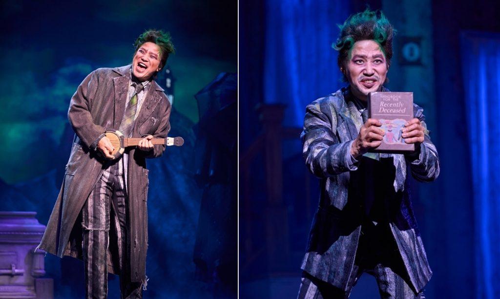 뮤지컬 비틀쥬스에서 비틀쥬스 역을 맡은 정성화와 유준상 배우의 모습. 두 배우 모두 검정, 흰색 세로 줄무늬 정장을 입고 있고, 머리는 곱슬거리는 초록색이다. 정성화 배우는 우쿨렐레같은 악기를 들고 있고, 유준상 배우는 책을 들고 있는 모습.