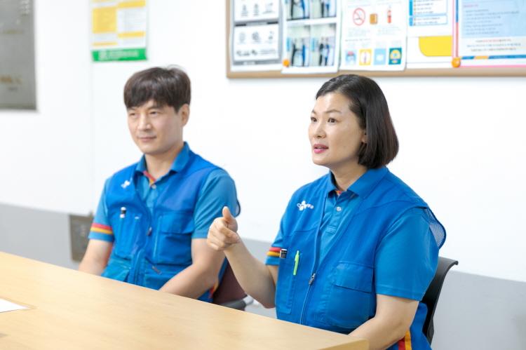 CJ대한통운 부산중구부평대리점 (왼쪽부터) 김성주 대리점장과 나성미 택배기사가 나란히 앉아 인터뷰에 응하고 있다.