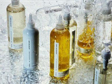오덴세가 키친앤 다이닝 토탈 브랜드로 거듭나 '라스트벗낫리스트' 주방 케어 제품 5종을 출시한다는 보도자료에 총 8개의 제품이 물을 맞으며 깨끗한 느낌을 주고 있다.