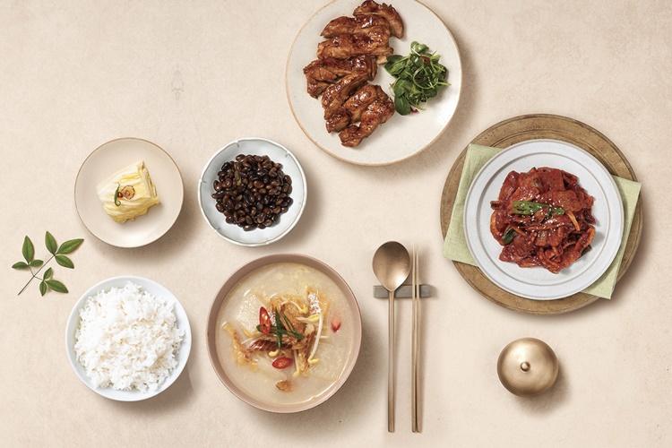 헬씨누리 건강식단 이미지컷. 흰 쌀밥과 배추 콩나물국, 콩자반, 백김치, 고기 반찬 등이 놋수저와 함께 정갈하게 놓여있다.