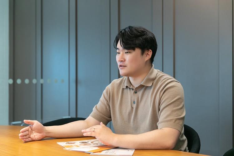 헬씨누리팀 이대복 님이 회의실에 앉아 설명하는 모습.