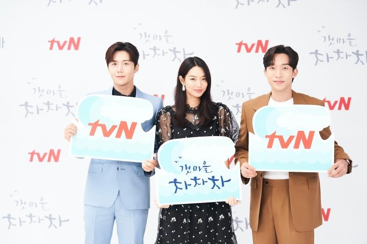 tvN 팻말을 든 김선호와 갯마을 차차차 팻말을 든 신민아, tvn 팻말을 든 이상이가 순서대로 서 있다.