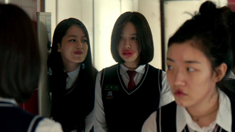 영화 '최선의 삶' 스틸 이미지로 학교 화장실 거울 앞에서 소영 역에 한성민, 강이 역에 방민아, 아람 역에 심달기가 나란히 서있고, 방민아는 입술에 립스틱이 범벅 되어 있고, 심달기는 싸웠는지 얼굴에 상처가 나 있다.