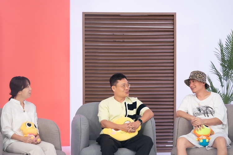 맨 왼쪽부터 차례로 변유리 님, 석종서 님, 김종민 님이 회색 쇼파에 앉아 대화를 나누고 있는 모습.