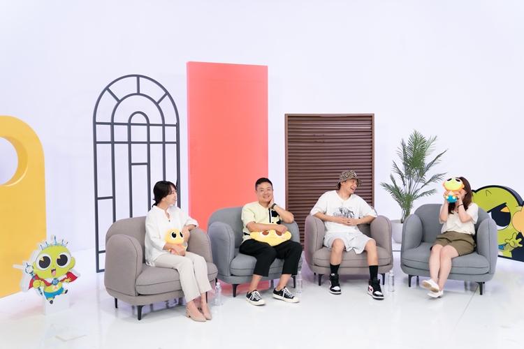 신비아파트 까까잼 촬영 현장의 모습. 왼쪽부터 변유리, 석종서, 김종민, 조현정 님이 앉아 화기애애하게 이야기를 나누는 모습.