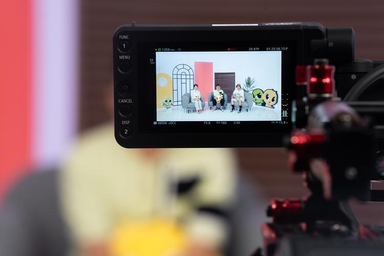촬영 현장을 녹화하는 카메라의 모습. 카메라 스크린에 변유리, 석종서, 김종민 님의 모습이 차례로 앉아있는 모습이 보인다.