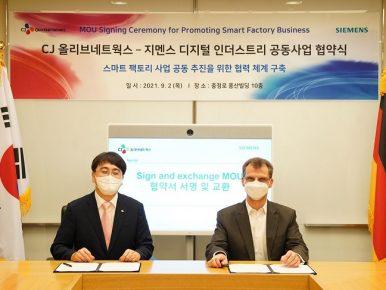 2일 충정로에 위치한 한국지멘스 본사에서 열린 업무협약식에서 차인혁 CJ올리브네트웍스 대표(왼쪽)와 토마스 슈미드(Thomas Schmid) 한국지멘스 디지털 인더스트리 부문 대표가 기념사진을 촬영하고 있다