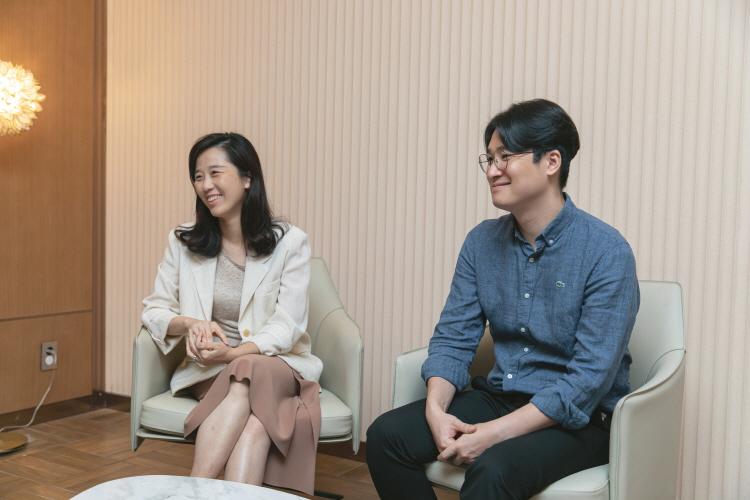 CGV연남 스위트 시네마를 만든 CJ CGV 공간콘텐츠 팀 오수진(좌), 김근형(우) 님이 미소를 지으며 자리에 앉아 인터뷰를 나누고 있다.