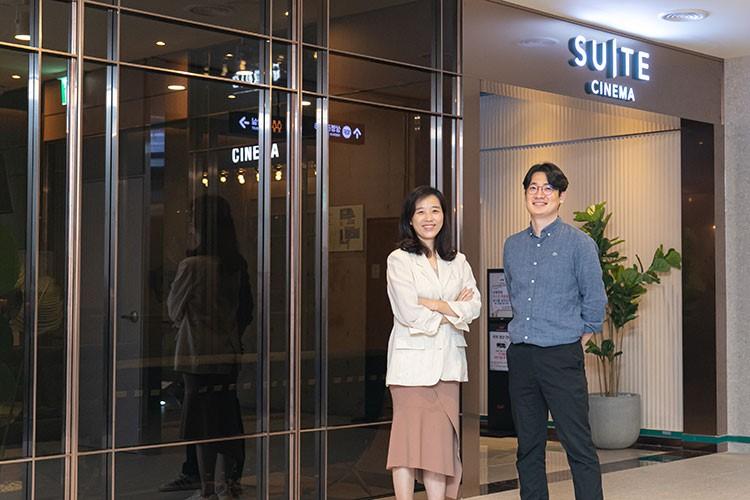 CGV연남 스위트 시네마를 만든 CJ CGV 공간콘텐츠 팀 오수진(좌), 김근형(우) 님이 스위트 시네마 출입구에 서섯 각각 팔장과 뒷짐을 지고 카메라 포즈를 취하고 있다.