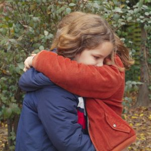 [아트하우스 칼럼] 우연히 8살 때의 엄마를 만난 8살 소녀! '쁘띠 마망'