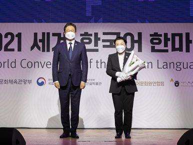 CJ그룹의 사회공헌 재단인 CJ문화재단(이사장 이재현)이 서울 국립중앙박물관에서 열린 제40회 세종문화상 시상식에서 문화다양성 부문 대통령표창을 수상하는 모습이다.