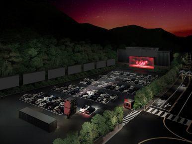 CGV DRIVE IN 곤지암 조감도로 밤 배경에 왼쪽에는 숲, 오른쪽에는 도로가 놓여진 자동차 극장에 스크린을 향해 많은 자동차가 주차되어 있고, 스크린에는 CGV로고가 삽입되어 있다.