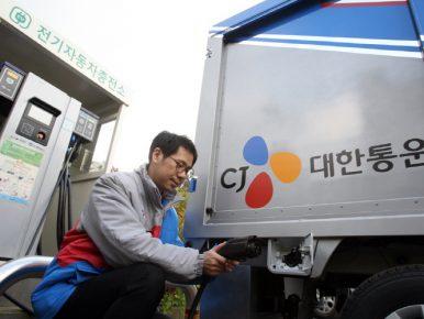 CJ대한통운 직원이 운영 중인 전기 택배차를 충전하고 있다.
