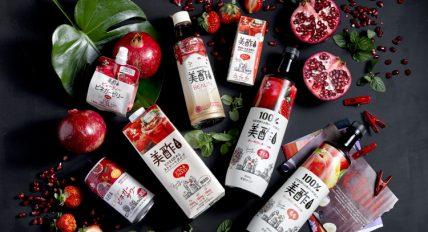 일본에서 판매하고 있는 다양한 미초 제품 이미지로 검은색 테이블에 캔, 팩, 워터젤리, 석류, 딸기, 나뭇잎 등이 놓여 있다.