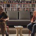 이동진의 언택트톡 사진으로 레오 까락스 감독(좌), 이동진 평론가(우)가 서로 마주보며 앉아서 대화를 이어나가고 있다.