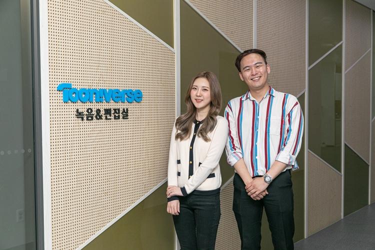투니버스 11기 성우로 선발된 박이서, 김동현 님이 투니버스 녹음&편집실 로고 옆에 서있는 모습.