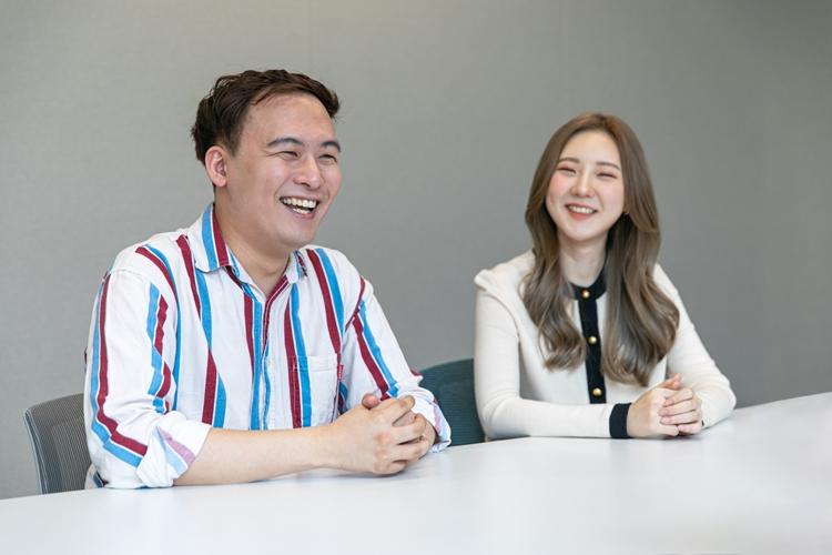 왼쪽부터 김동현, 박이서 님이 회의실에 앉아 미소짓고 있는 모습.